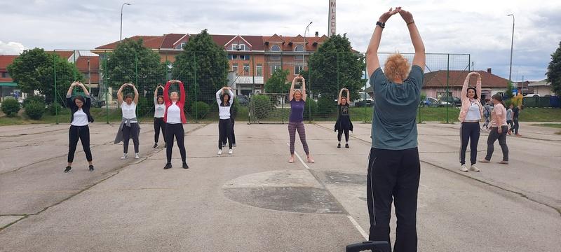 Savet za prosvetu SNS- a organizovao fitnes trening u prirodi povodom Svetskog dana porodice
