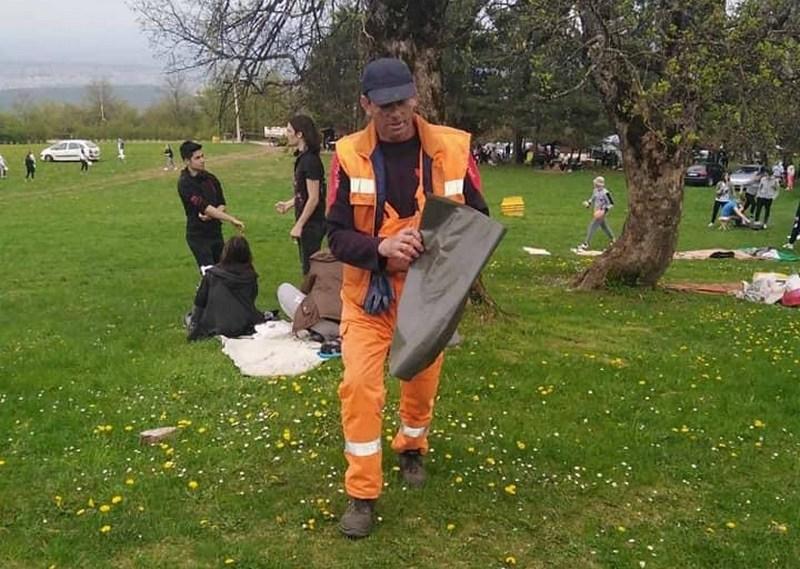 Delili kese za đubre ljudima koji su se u prirodi okupili za Prvi maj
