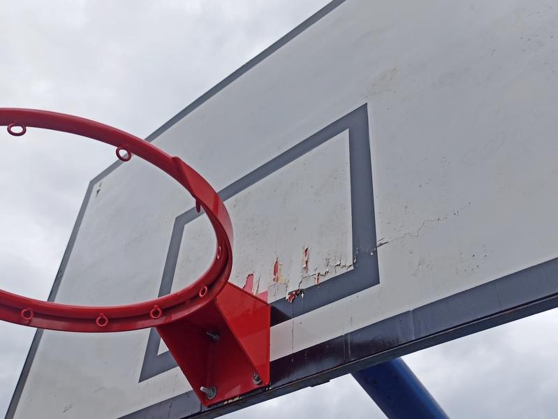 Vandali ponovo polomili košarkašku tablu u školskom