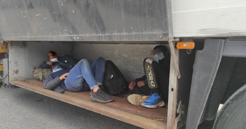 Telefone krijumčarili u vozilu za prevoz pokojnika, a migranti zakačeni ispod kamionske šasije i sklupčani u boksu za alat