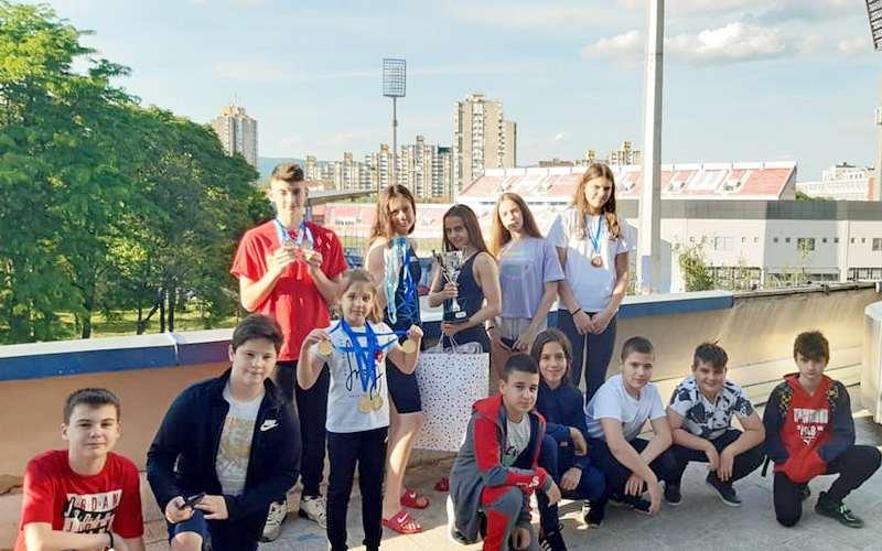Plivači PK Leskovac osvojili 19 medalja i pehar za najbolju plivačicu