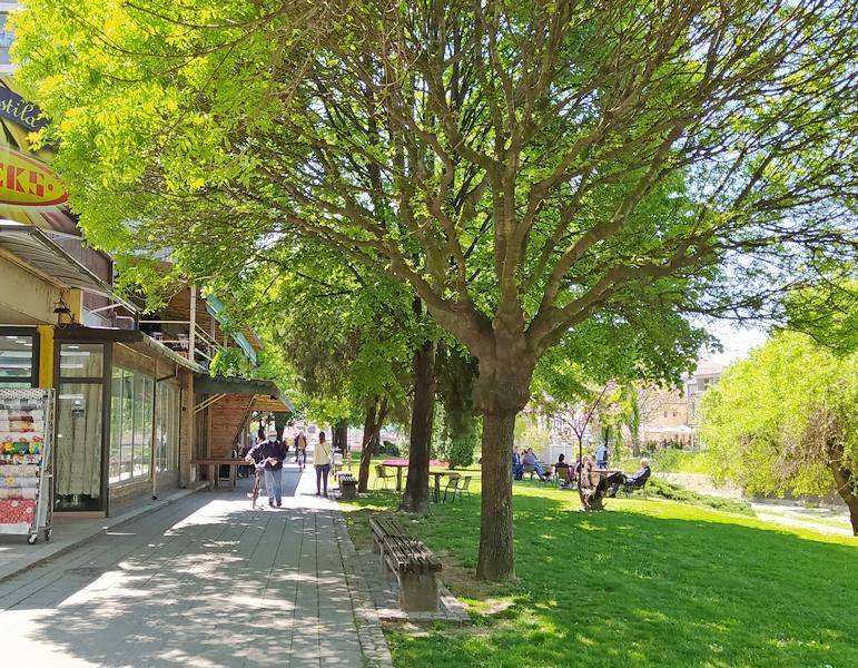 """Pored bašte, stolovi """"River"""" kafića iz Leskovca i na zelenoj površini"""