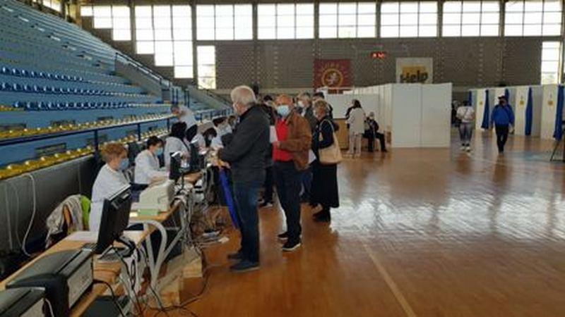 Više od 500 revakcinacija i između 200 i 300 prvih doza, doktor Pavlović kaže da su počeli da se prijavljuju i mlađi ljudi