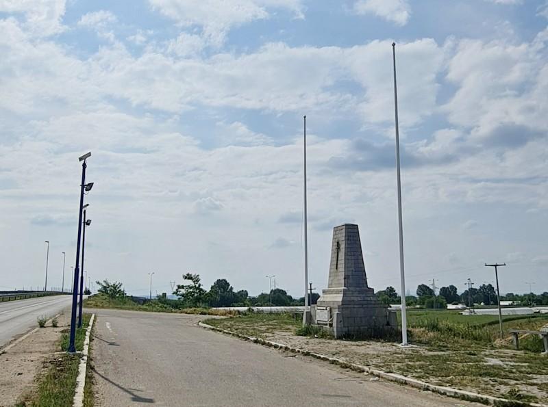 Vandali su pored Spomenika braniocima ukrali zastave i oštetili jarbole