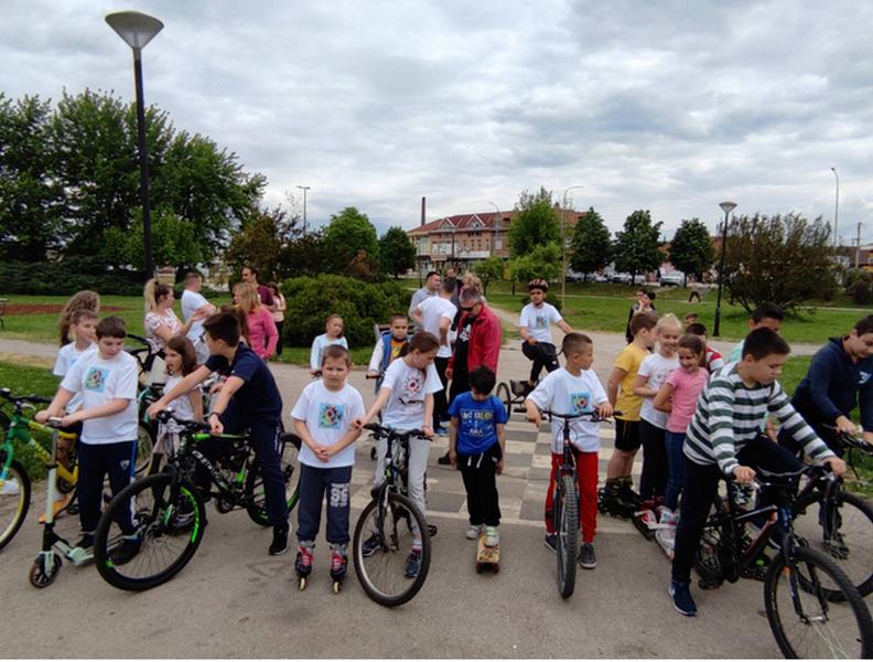 Porodična vožnja biciklama, a vozili se i trotineti i roleri