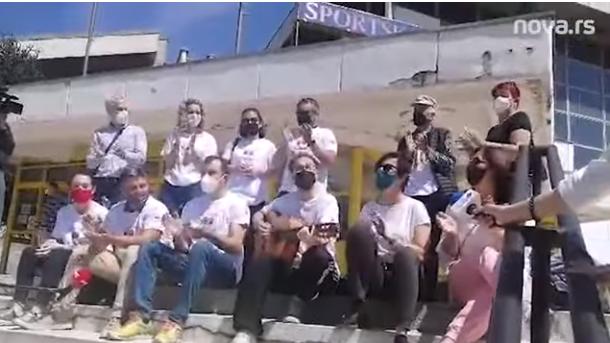 Makedonci nakon vakcinacije u Vranju svirali, pevali i delili poklone