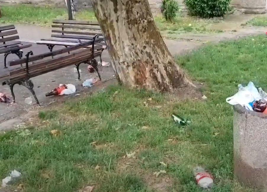 Posle noćnih žurki igralište iza Garetove palate u smeću