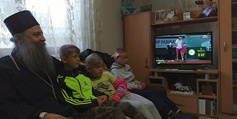 Patrijarh posetio porodice da ima podeli pomoć, a onda zajedno sa njima gledao Đokovića