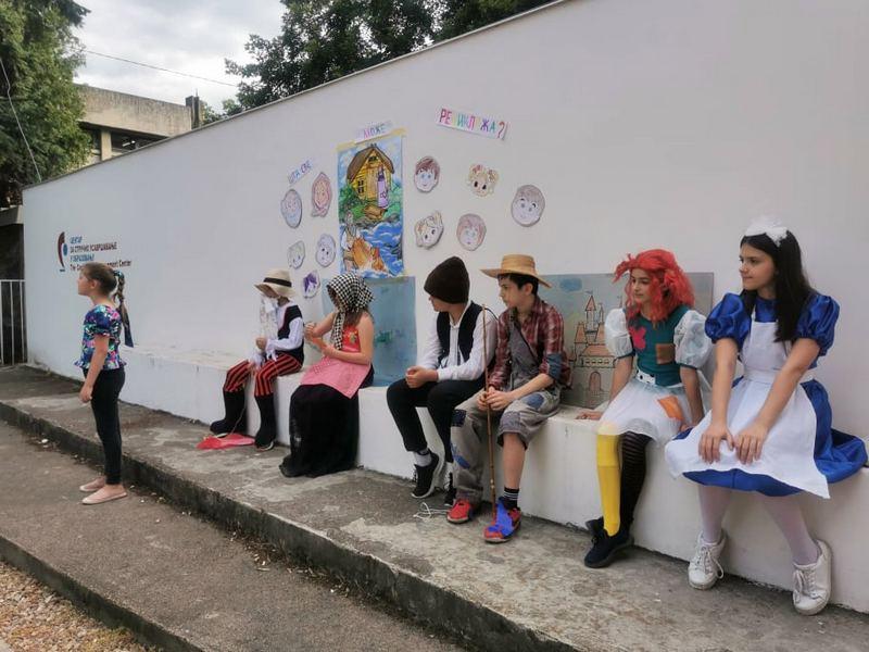 """Učenici Osnovne škole """"Josif Kostić"""" organizovali reviju recikliranih kostima i prikaz književnog dela Bajka o ribaru i zlatnoj ribici"""