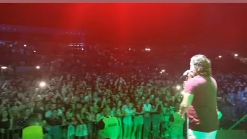 Na koncertu Ace Lukasa u Vranju oko 3.000 ljudi, uprkos porastu broja novoobolelih koji u ovom gradu raste iz dana u dan