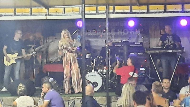 Ana Kokić na Gejzerskim noćima u Sijarinskoj Banji podigla mlađu publiku na noge