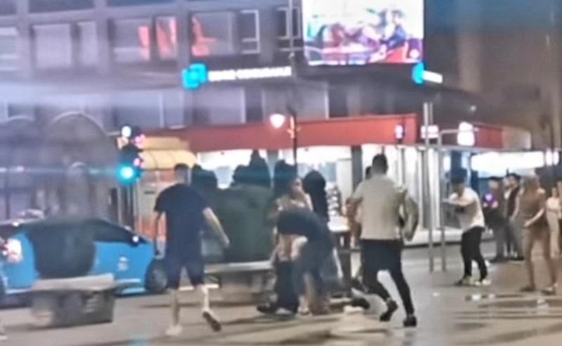 Masovna tuča u centru grada, šutirali mladića koji leži na asfaltu (video)