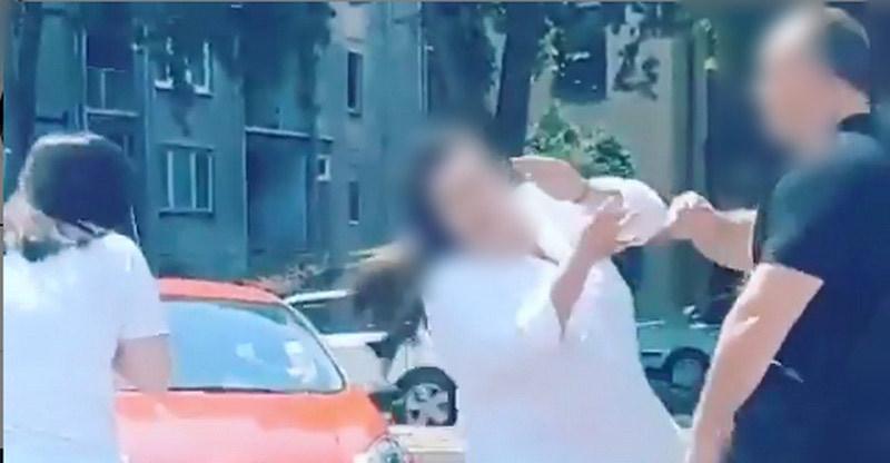 Muškarac na ulici šamarao i gurao dve žene, uhapšen po prijavi građana (video)