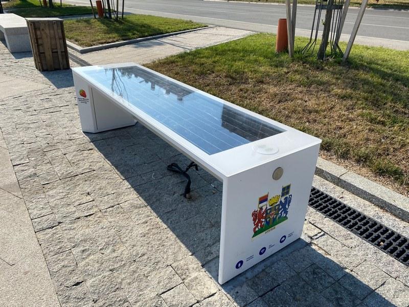 U Leskovcu postavljena prva pametna klupa, dok sedite i odmarate napunite svoj telefon ili se besplatno povežite na internet (video)