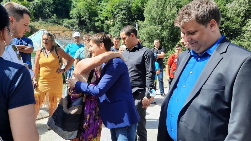 Anu Brnabić u Sijarinskoj Banji dočekali penzoneri grleći je i ljubeći je (foto, video)