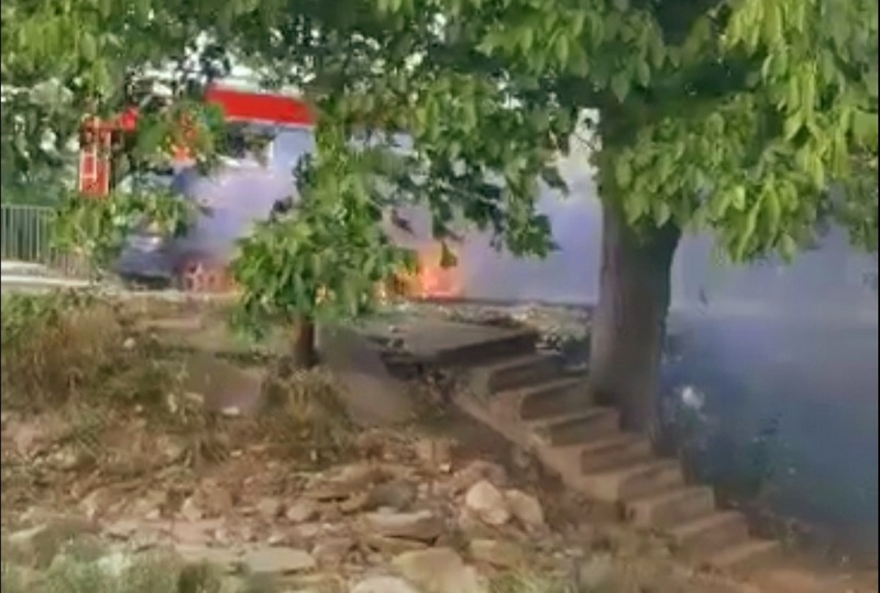Automobil u plamenu u toku vožnje u Leskovcu (video)