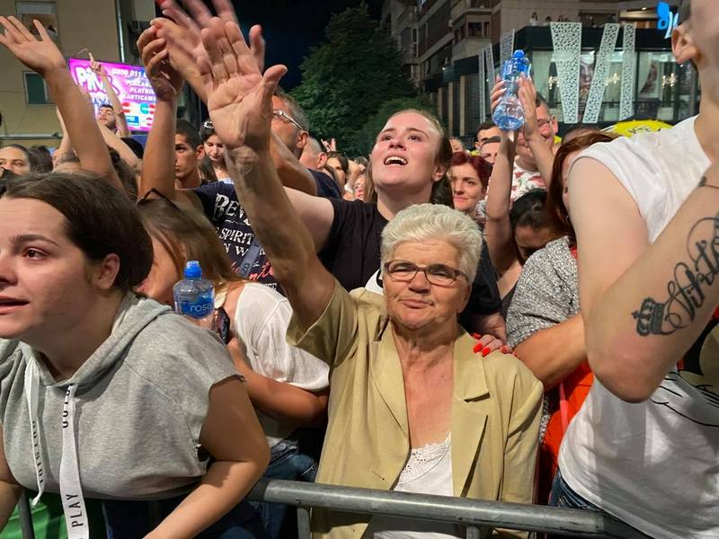 HIT BAKA: U 71. godini đuskala u prvom redu na koncertima Roštiljijade, a večeri završavala na ringišpilu
