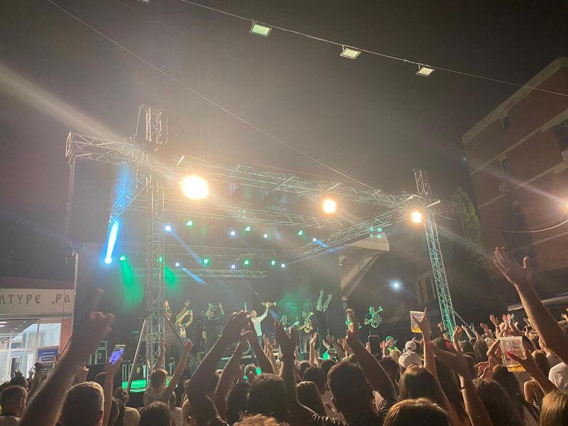 Paradajz fest: Publika peva sa Dejanom Petrovićem i Big bendom (video)