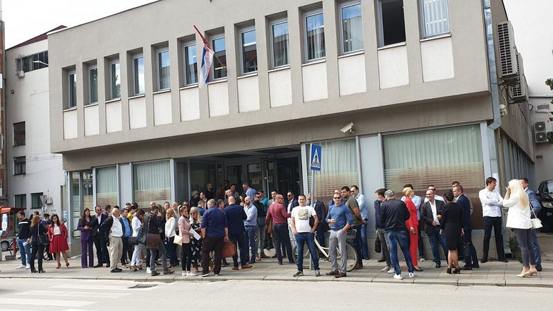 Advokati na protestu traže da se hitno povuče stav o naplati troškova obrade kredita