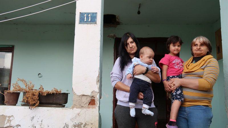 """Šestočlana porodica živi u raspadnutoj kući: """"Mama, zašto moje drugarice ne mogu da dolaze kod nas?"""""""