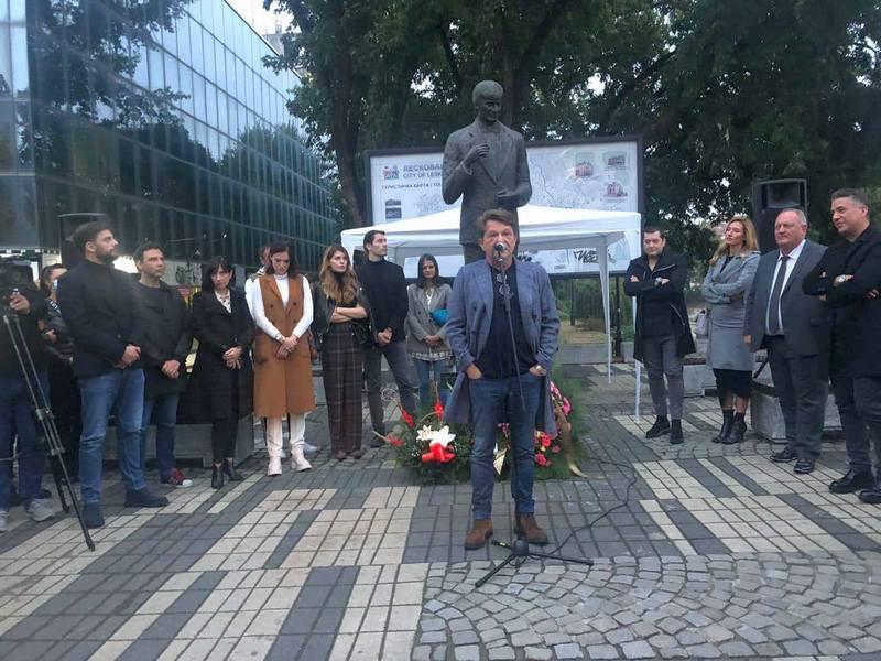 Bjela sa suzama u očima pred Tominim spomenikom, na projekciji filma oko 800 Leskovčana
