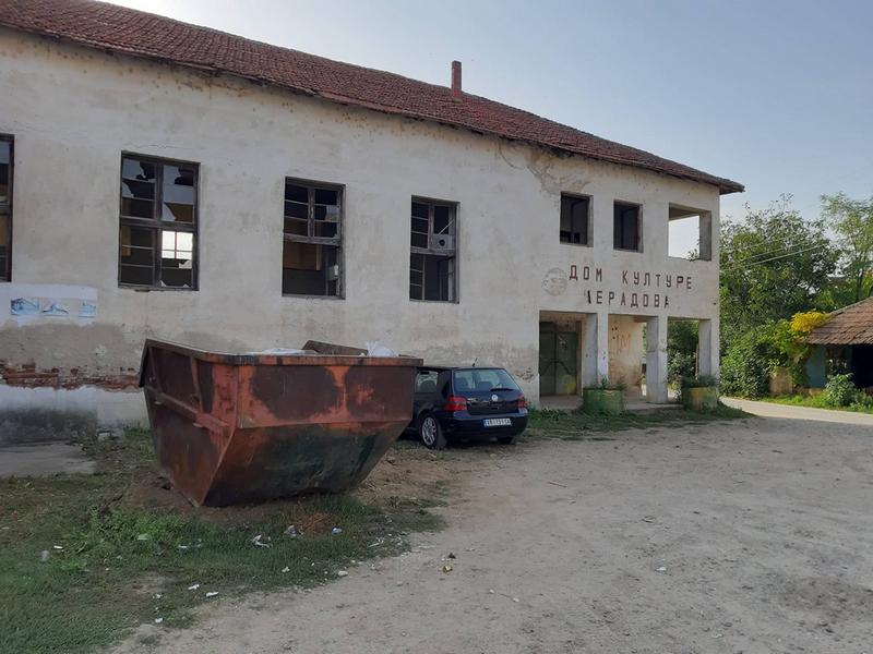 Aktivisti iz komšiluka očistili unutrašnjost zapuštenog Doma kulture