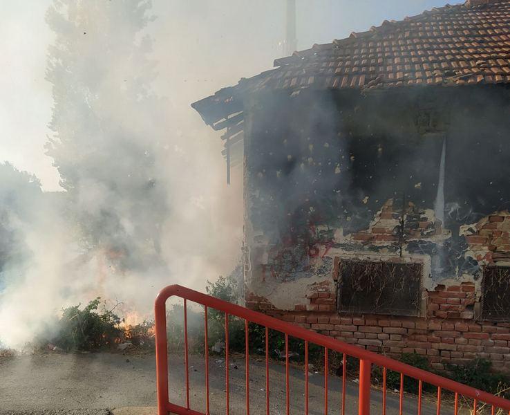 "Izgoreo deo krova napuštene fabrike ""Kosta Stamenković"""