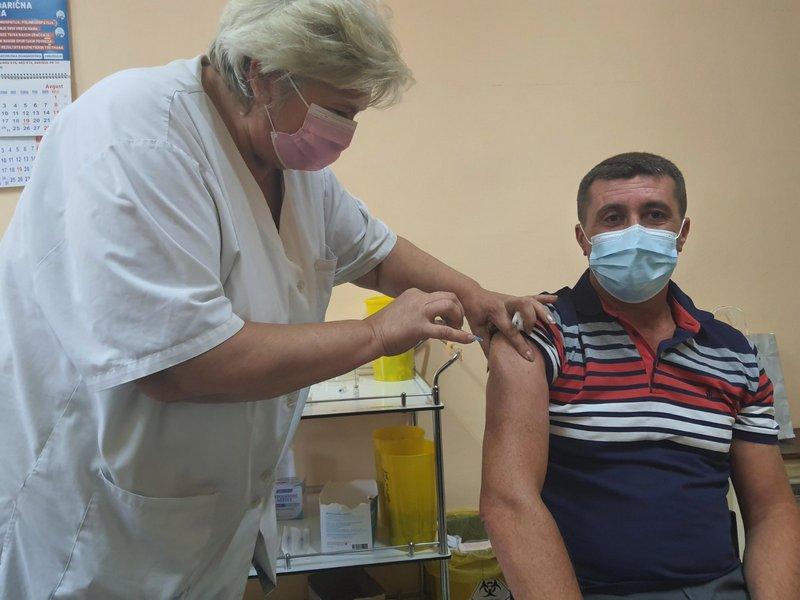 Predsednik opštine Vlasotince primio treću dozu vakcine, poziva građane da se vakcinišu, raste broj pregleda u Domu zdravlja