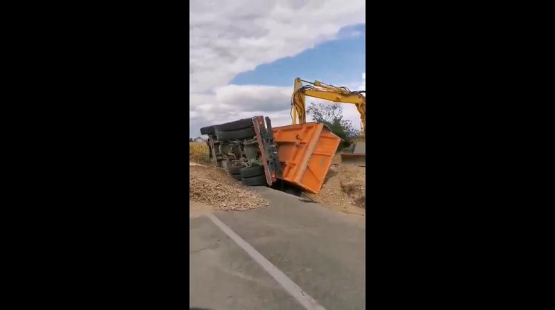 Prevrnuo se šleper sa peskom kod Donjeg Sinkovca, povređen vozač (video)