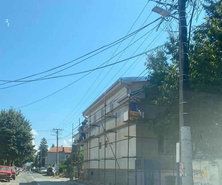 Ulice u centru Leskovca bez uličnog osvetljenja zbog skele na privatnoj kući