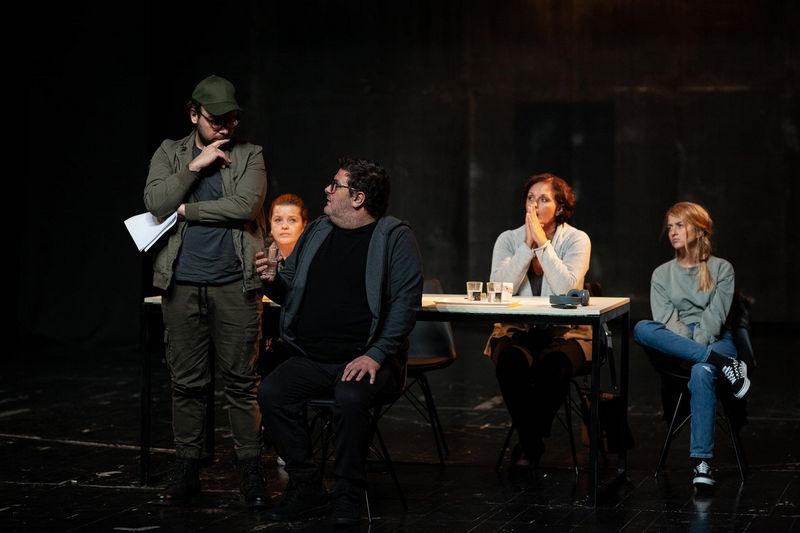 """Premijera predstave """"Sve nesrećne porodice liče na srećne porodice"""" u pirotskom Narodnom pozorištu, tema samoubistvo među tinejdžerima"""