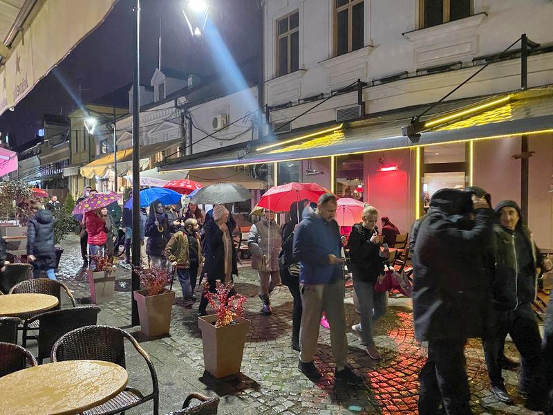 Šetnja i skandiranja pored kafića zbog uvođenja kovid propusnica (foto,video)
