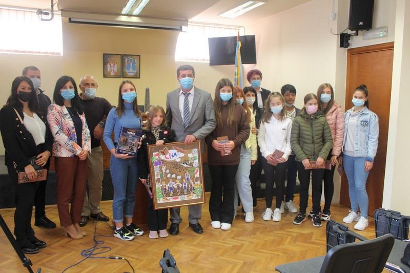 Mališani kod predsednika opštine Vlasotince sa poklonima i pitanjima